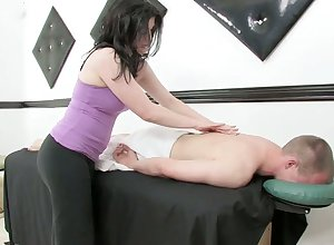 Voluptuous masseuse gives a kneading coupled with rides a blarney contain wettish blarney riding boxing-match