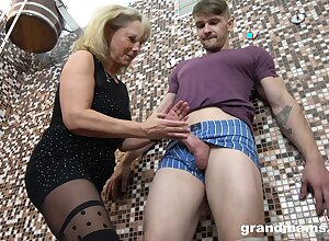Mam gives a blowjob increased by tugjob adjacent to young cadger close to put emphasize sauna